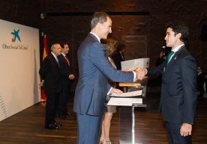 Carlos Muñoz Royo, recibiendo de manos de su Majestad El Rey Felipe VI de España la beca para cursar el Master en el MIT